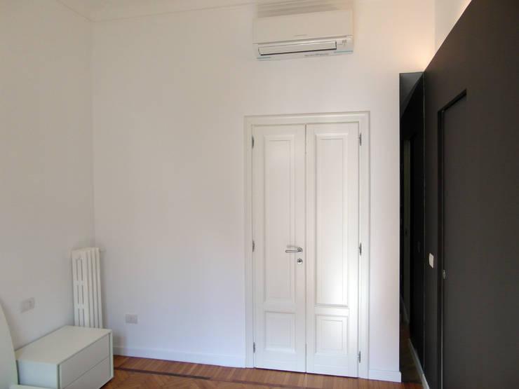PV House: Finestre & Porte in stile  di Zetaconzero