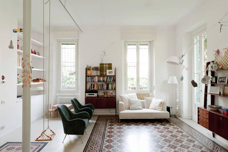 غرفة المعيشة تنفيذ Elena e Francesco Colorni Architetti