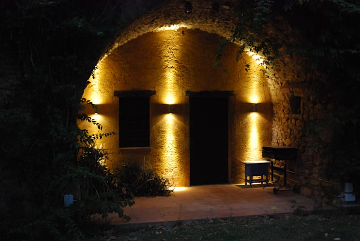 Jardines de estilo rústico por OutSide BCN LED Lighting