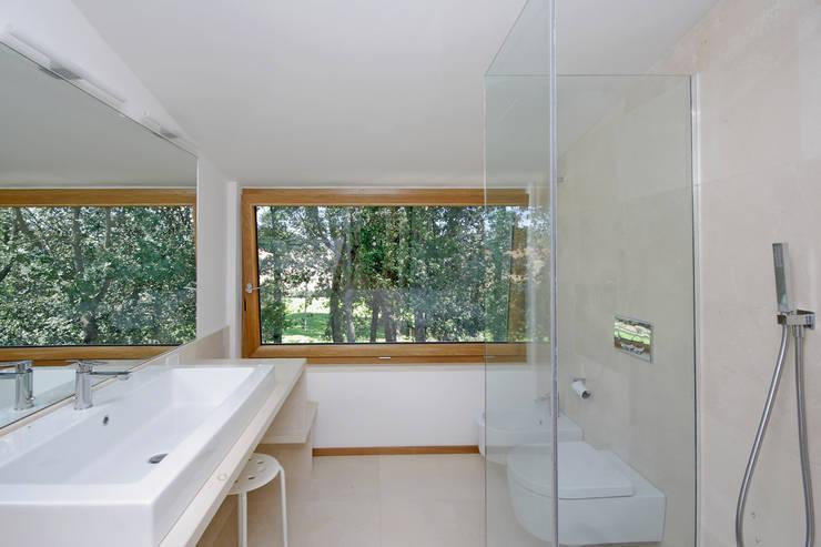 Casa  sul lago di Bracciano: Bagno in stile in stile Mediterraneo di laboratorio di architettura - gianfranco mangiarotti