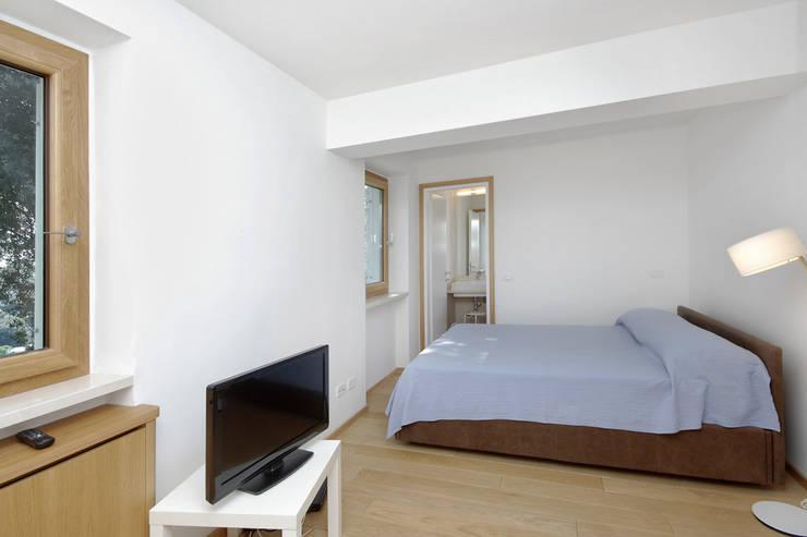 Casa  sul lago di Bracciano: Camera da letto in stile in stile Mediterraneo di laboratorio di architettura - gianfranco mangiarotti