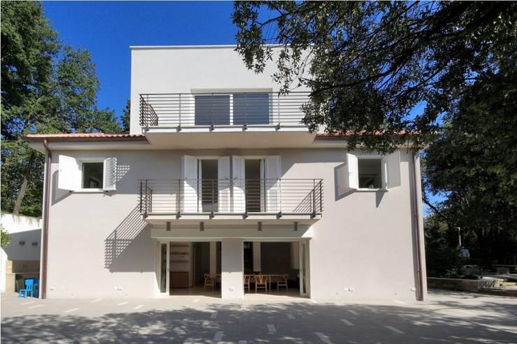 Casa  sul lago di Bracciano: Case in stile in stile Mediterraneo di laboratorio di architettura - gianfranco mangiarotti