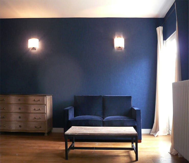 Le petit salon de la suite parentale: Chambre de style de style Classique par Delphine Gaillard Decoration