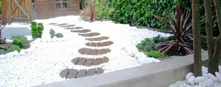 Jardín oriental con pavimento de grava ornamental: Jardines con piedras de estilo  de paisajistas y jardineros