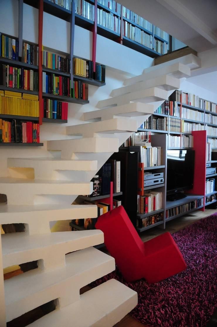 UN DUPLEX À LIVRE OUVERT: Couloir et hall d'entrée de style  par Tony Lemâle Intérieurs