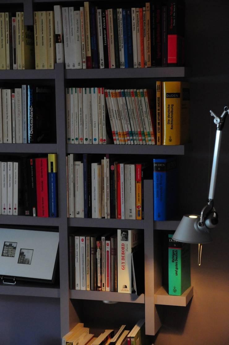 UN DUPLEX À LIVRE OUVERT: Salon de style  par Tony Lemâle Intérieurs