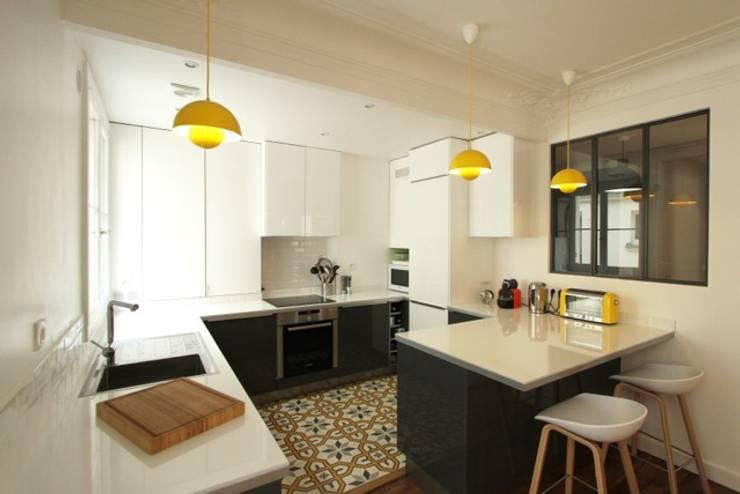 Appartement Parisien: Cuisine de style  par Camille Hermand Architectures