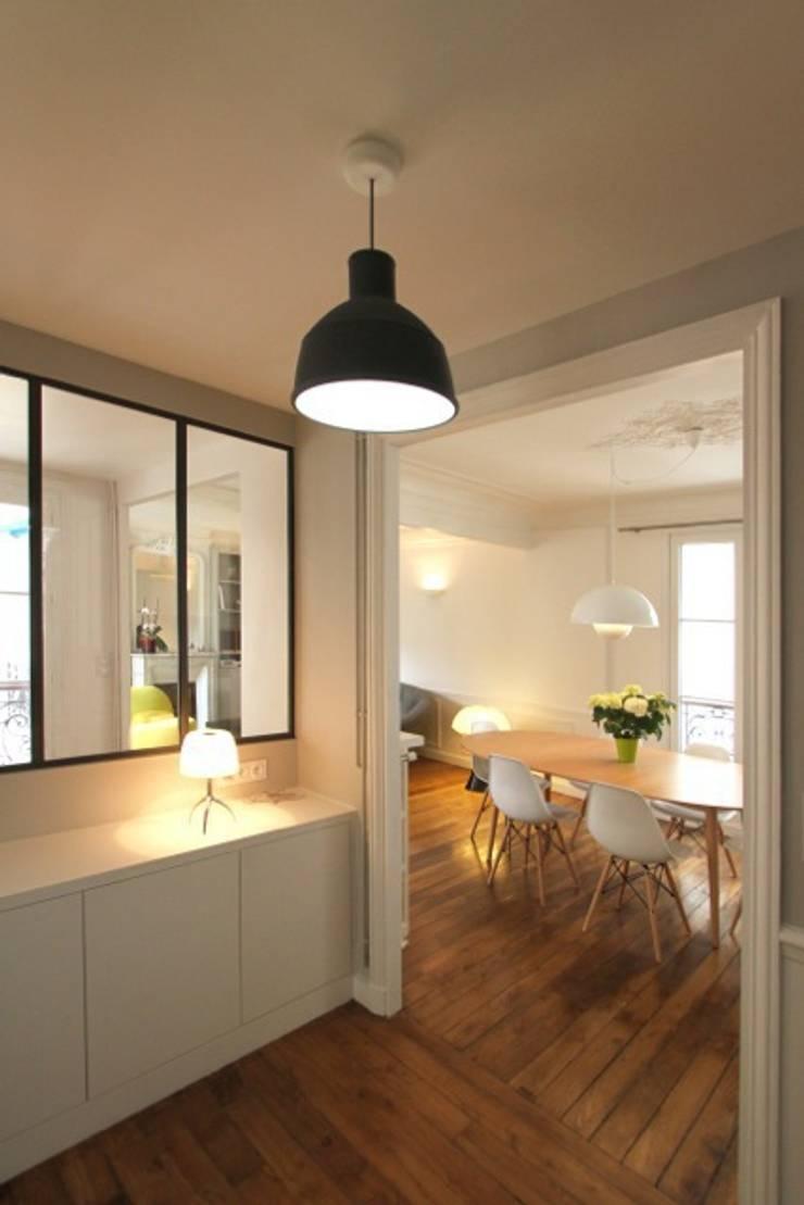 Appartement Parisien: Couloir et hall d'entrée de style  par Camille Hermand Architectures