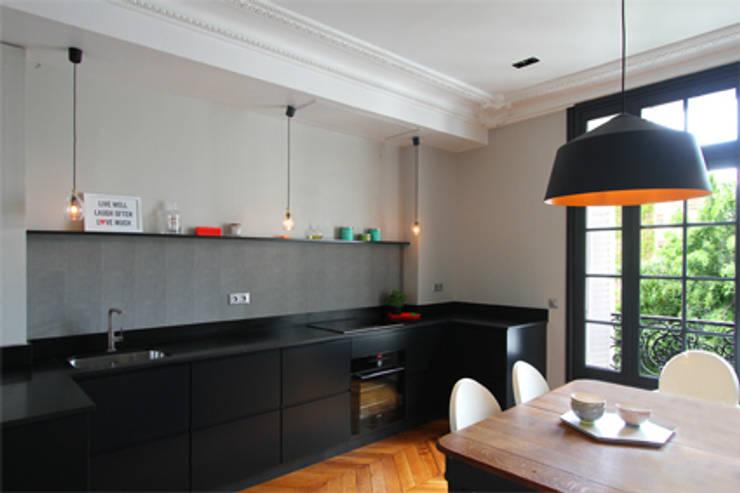 Cuisine et salle et manger : Bureau de style de style Classique par Camille Hermand Architectures
