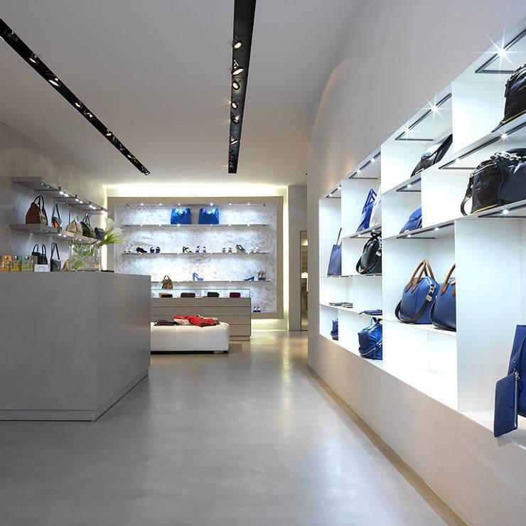 Arredamento negozio realizzato da NIVA-line: Spazi commerciali in stile  di Ni.va. Srl
