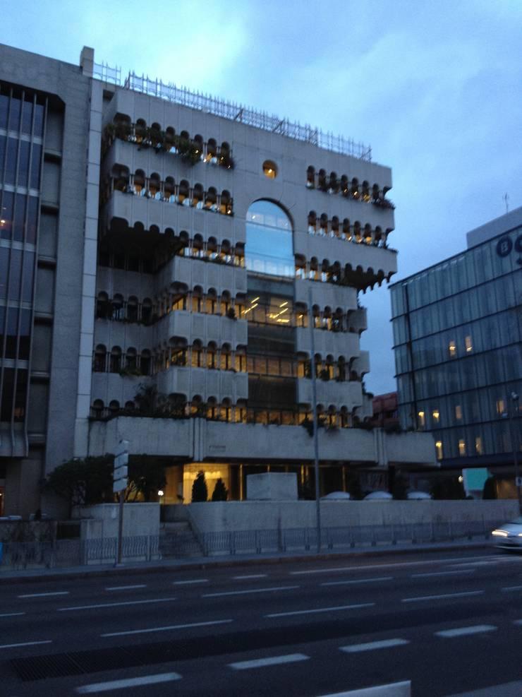 Reforma Instalaciones Edificio Serrano: Oficinas y Tiendas de estilo  de HDA