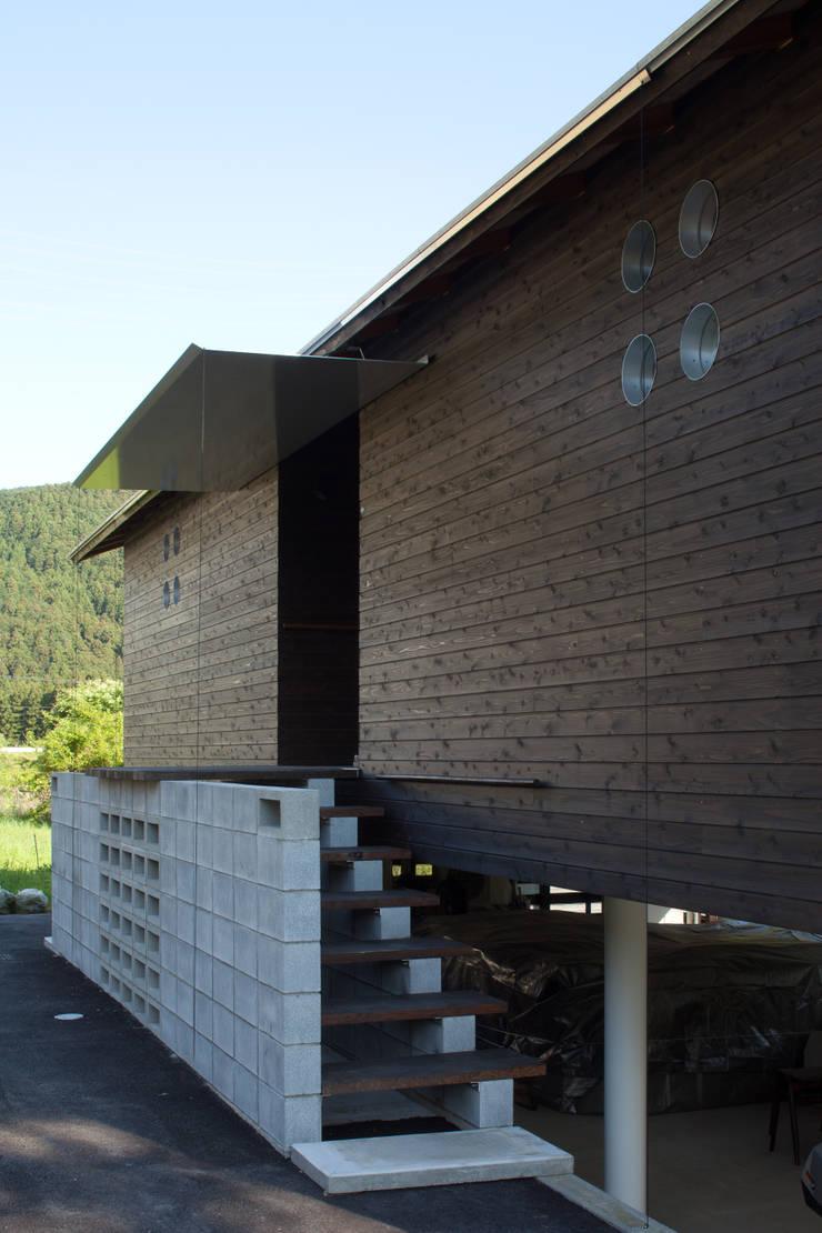 玄関前アプローチ: H2O設計室 ( H2O Architectural design office )が手掛けた家です。