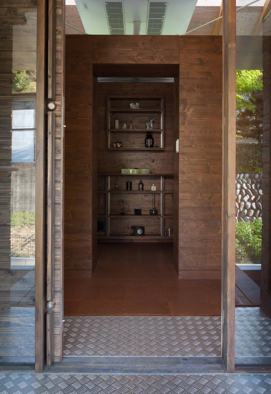 玄関: H2O設計室 ( H2O Architectural design office )が手掛けた廊下 & 玄関です。