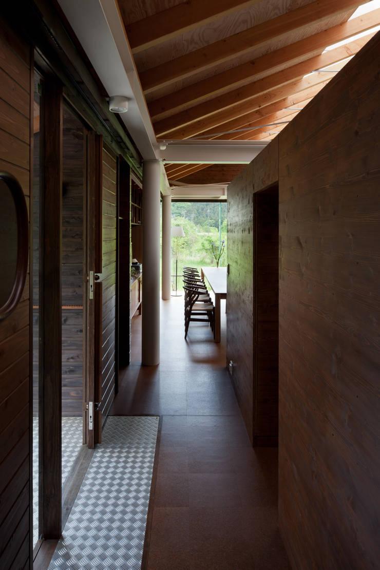 回廊(プライバシーを守る北廊下): H2O設計室 ( H2O Architectural design office )が手掛けた廊下 & 玄関です。