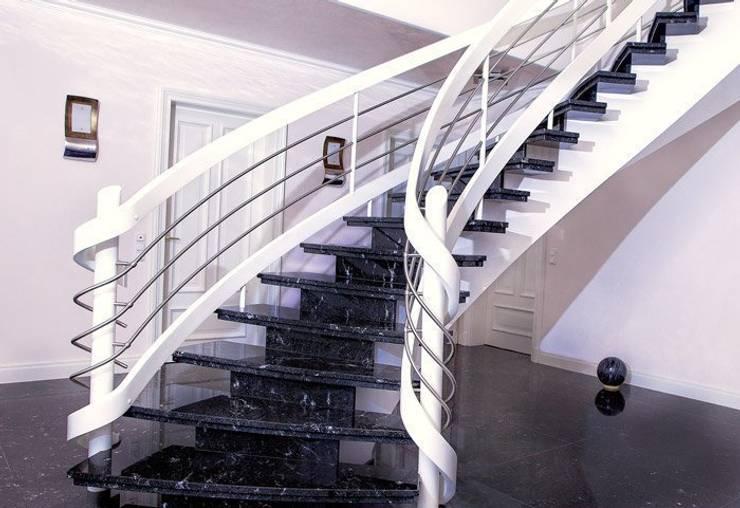 Der Bau einer Belagstreppe aus Granit mit Holzgeländer:   von Klepfer Naturstein GbR,Klassisch