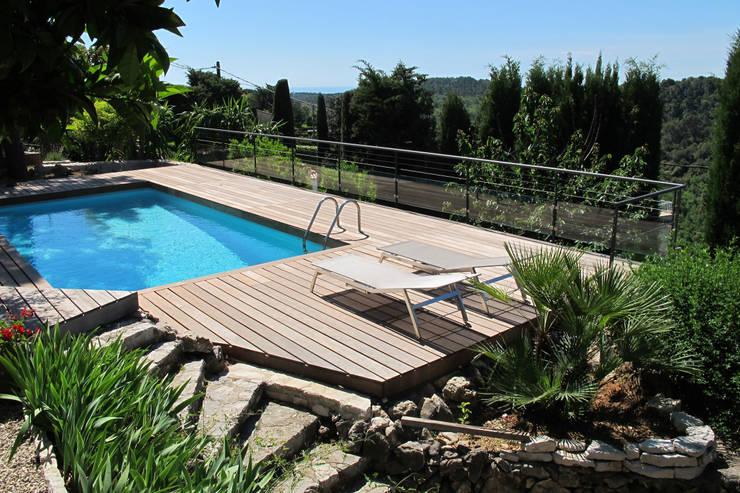 Deck piscine en bois exotique: Piscines  de style  par INSIDE Création