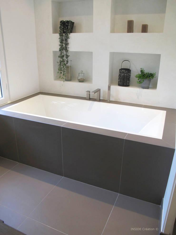 Niche en béton ciré blanc: Salle de bains de style  par INSIDE Création