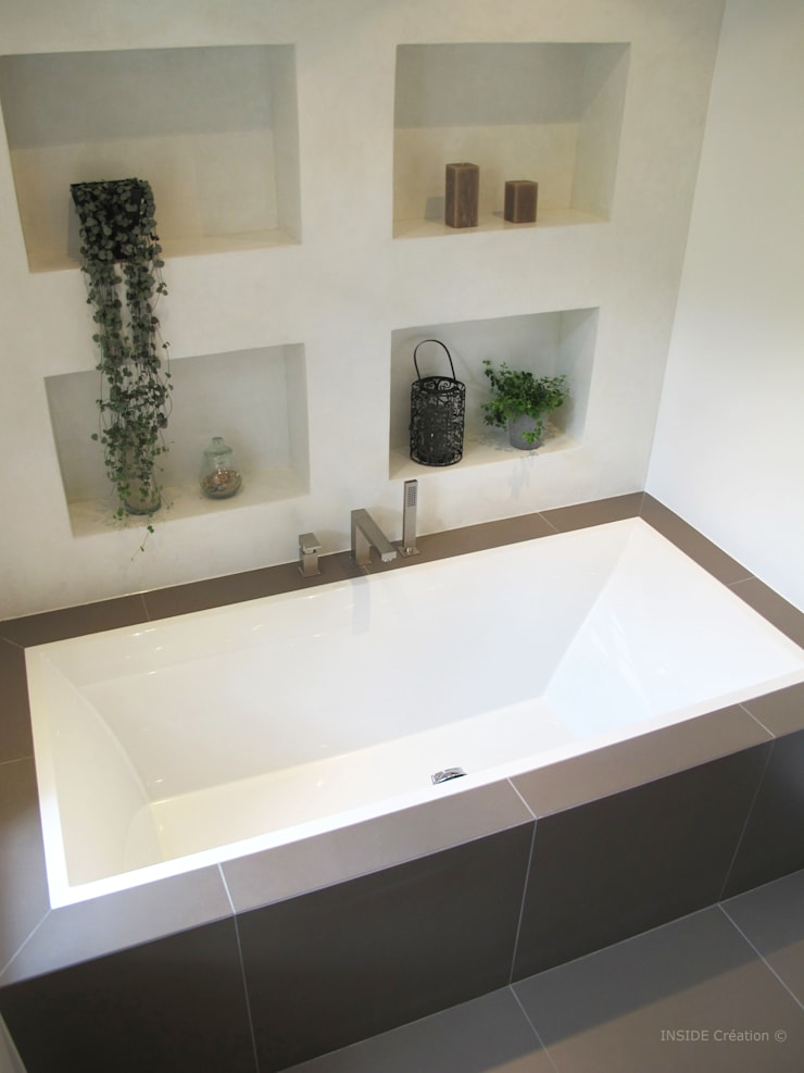 Mariage du béton et du carrelage: Salle de bains de style  par INSIDE Création