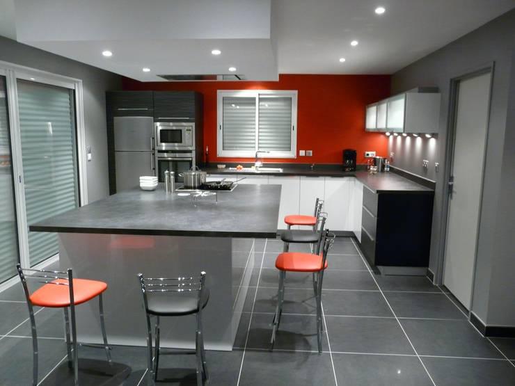 Cuisine avec hotte de plafond: Cuisine de style  par TORRES MOULIN