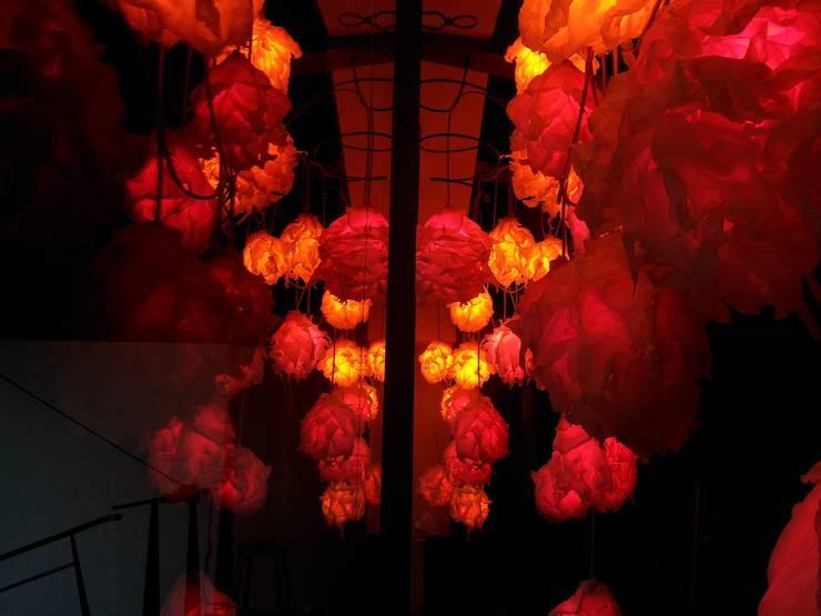 Flame: Soggiorno in stile  di SeFa Design by nature