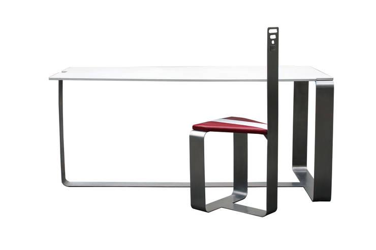 Tavolo e sedie Tron: Sala da pranzo in stile  di Studio MP