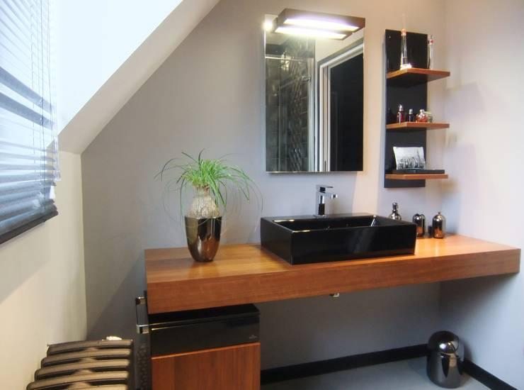Salle de bain transformée en salle d'eau: Salle de bains de style  par HOME feeling