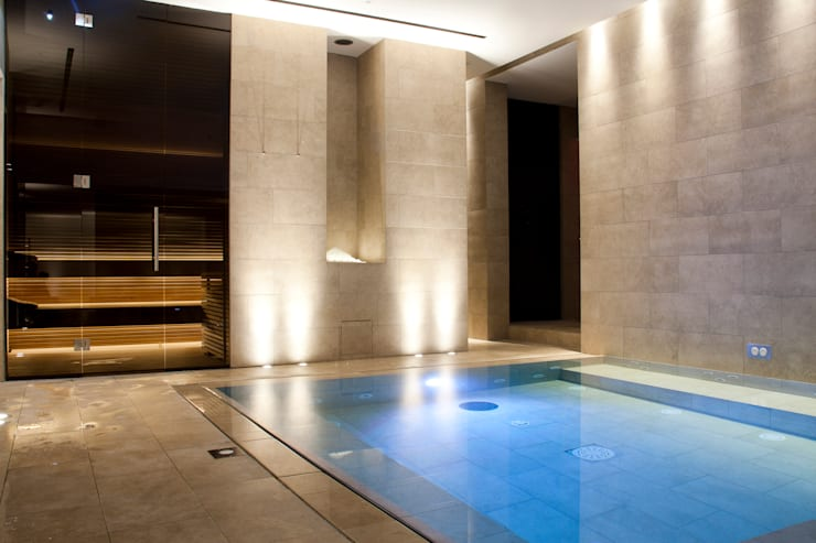 Queen Mary Day Spa: Piscina in stile  di Ceramiche Refin S.p.A.
