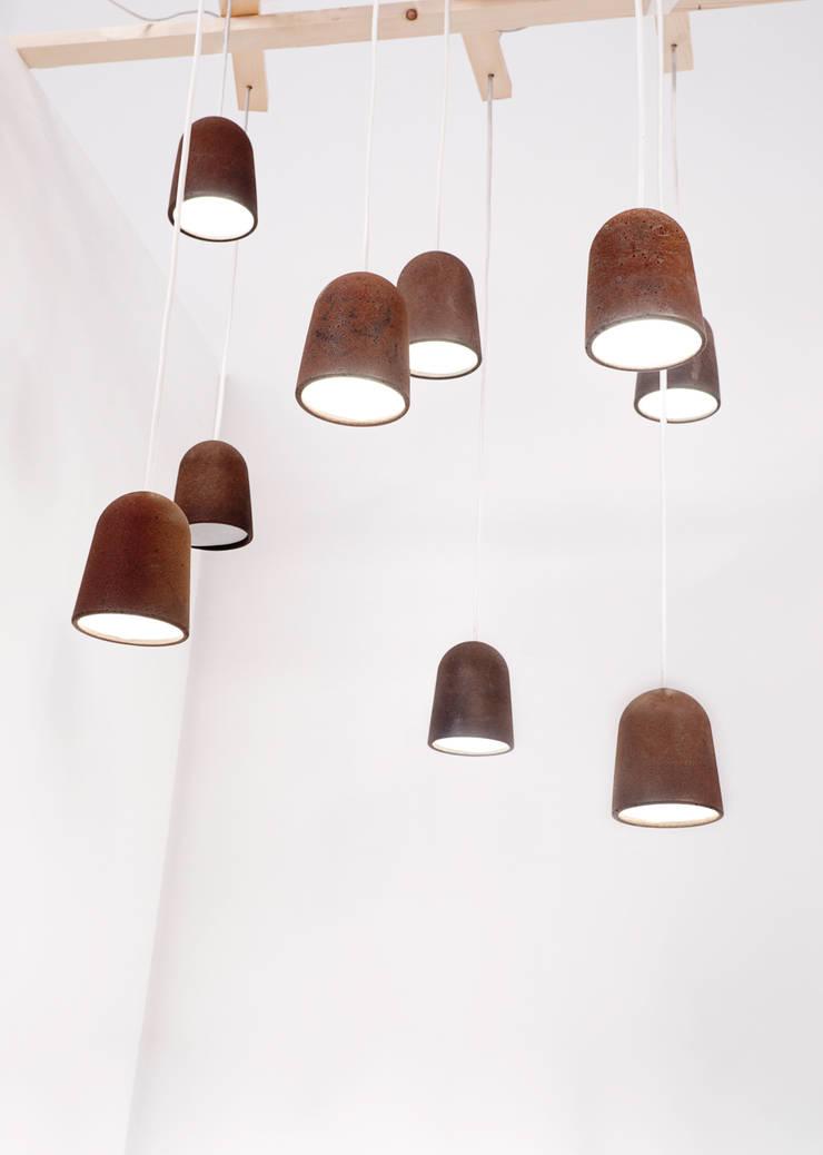 Koji S Lamp: Salones de estilo  de Raúl Laurí design lab