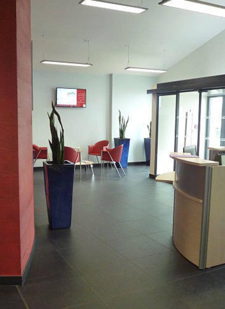 Bureaux 350 M2 – Projet neuf – Hall d'accueil , Salles de réunion et salle de détente: Bureau de style  par Interieurs Autrement