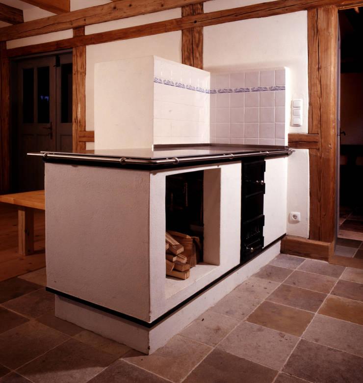 Holzfeuerofen Rustikale Küchen von Gabriele Riesner Architektin Rustikal
