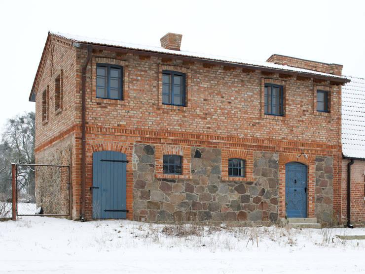 Straßenansicht: rustikale Häuser von Gabriele Riesner Architektin