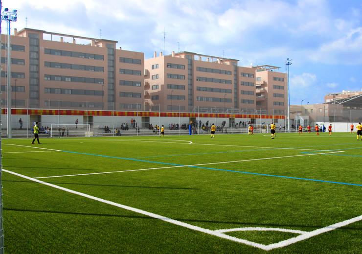 Vestuarios y campo de fútbol San Gregorio B_01: Estadios de estilo  de miguel cosín