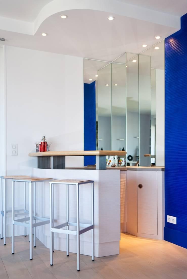 Appartement vue sur Paris:  de style  par Interieurs Autrement