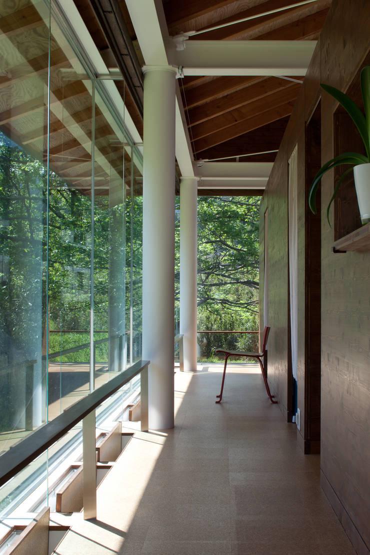 ハイブリッド・ハウス: H2O設計室 ( H2O Architectural design office )が手掛けた廊下 & 玄関です。