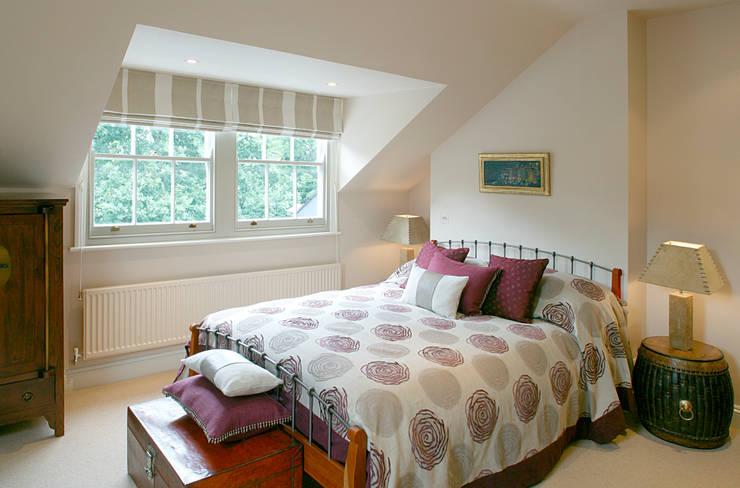 Belsize Park:  Bedroom by Hélène Dabrowski Interiors