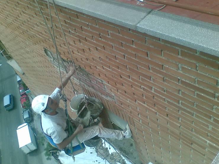 RECONSTRUCCION DE FACHADA:  de estilo  de VERTICAL MADRID