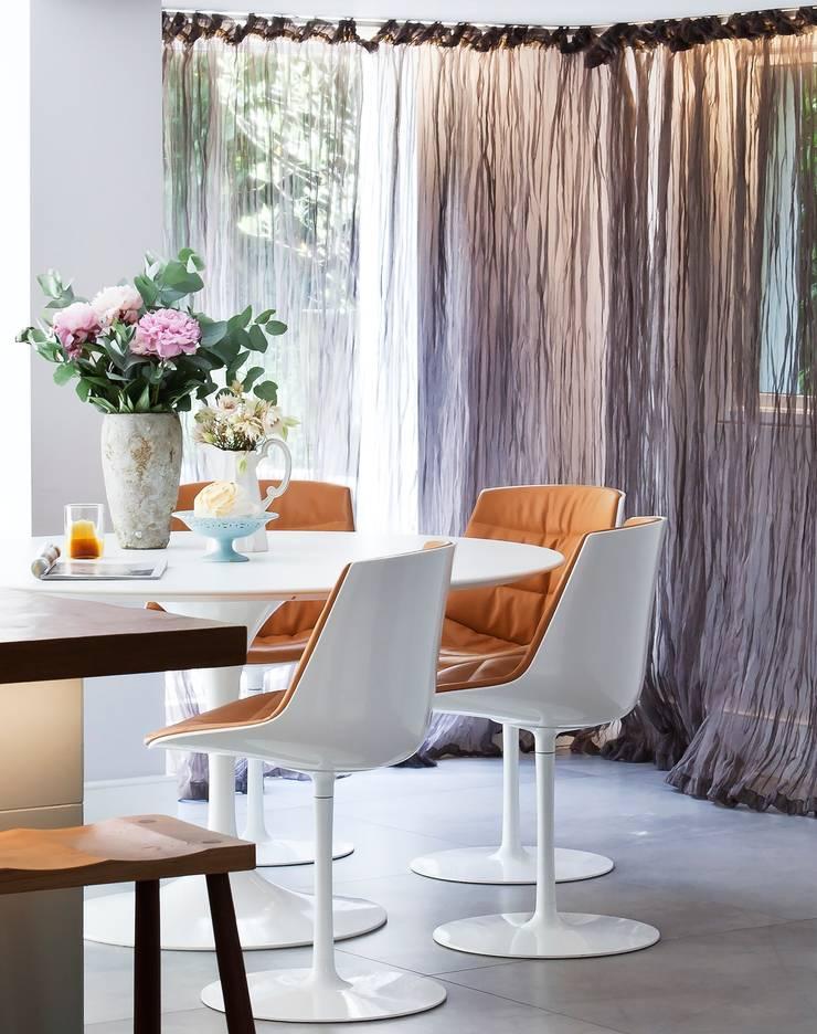 Furlong Road:  Dining room by Matteo Bianchi Studio