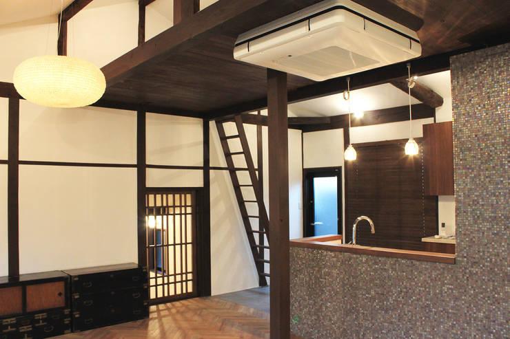 リビング・ダイニングルーム クラシックデザインの リビング の あお建築設計 クラシック