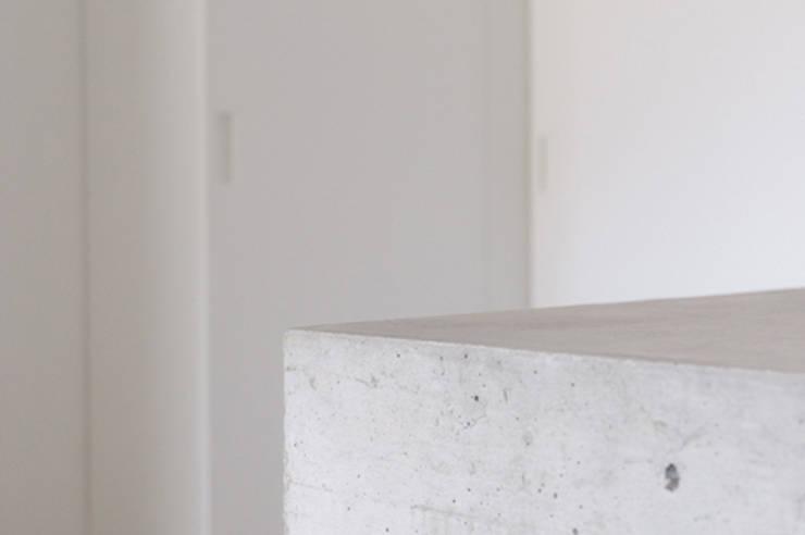 casa di luca: Pareti in stile  di Clinicaurbana