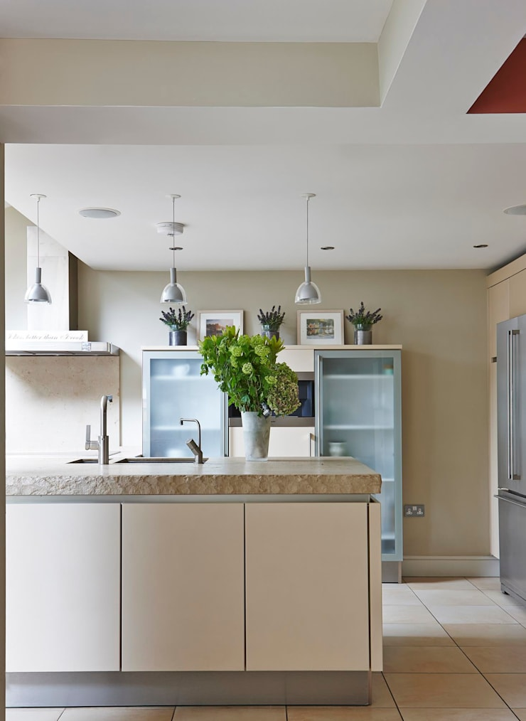 Country Home Kitchen:  Kitchen by Charlotte Crosland Interiors