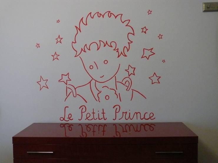 Cameretta piccolo principe: Stanza dei bambini in stile  di INTERNO78.IT - DECORAZIONI D'INTERNI