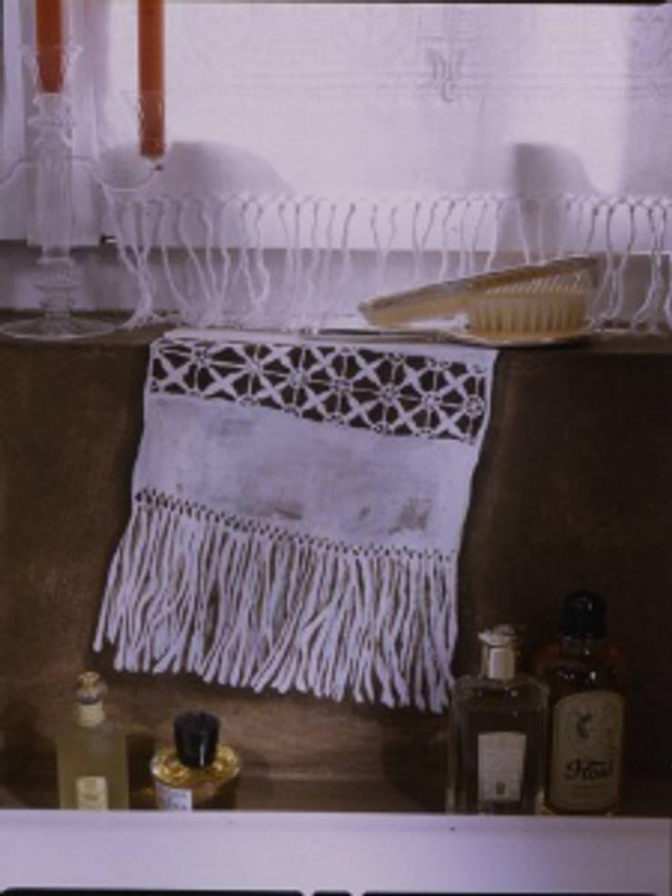 Trompe l'oeil bagno: Bagno in stile  di INTERNO78.IT - DECORAZIONI D'INTERNI,