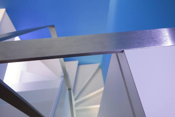 Duplex sur le toit: Couloir et hall d'entrée de style  par Agence LVH