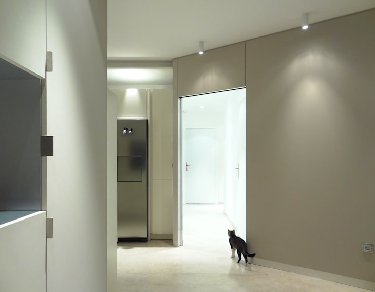 Appartement traversant: Couloir et hall d'entrée de style  par Agence LVH