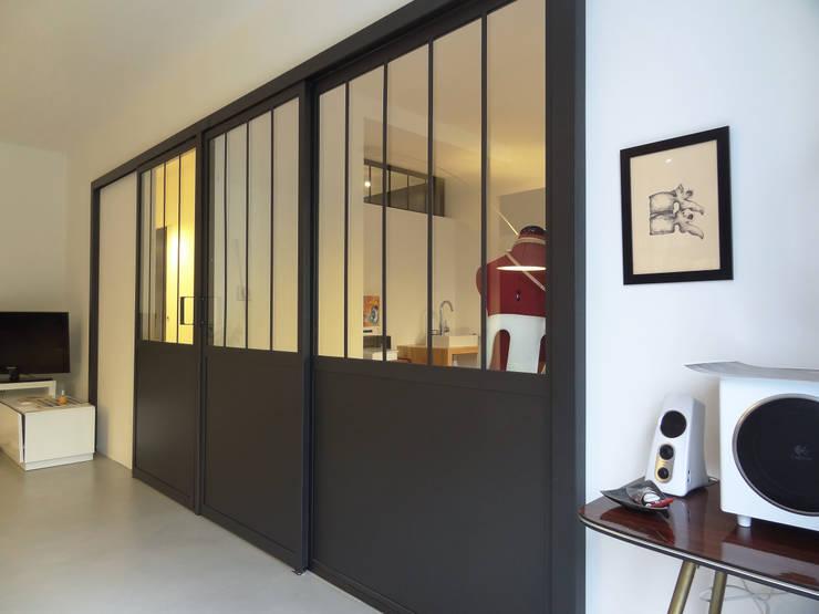 Appartement atelier: Couloir et hall d'entrée de style  par Agence LVH