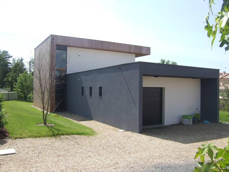 Maison CO: Maisons de style  par AASV