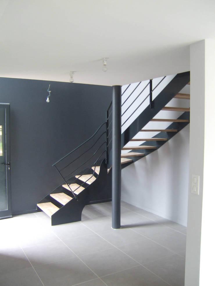 Maison CO: Couloir et hall d'entrée de style  par AASV