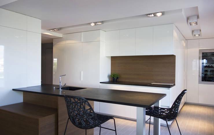 Duplex sur le toit: Salle à manger de style de style Moderne par Agence LVH