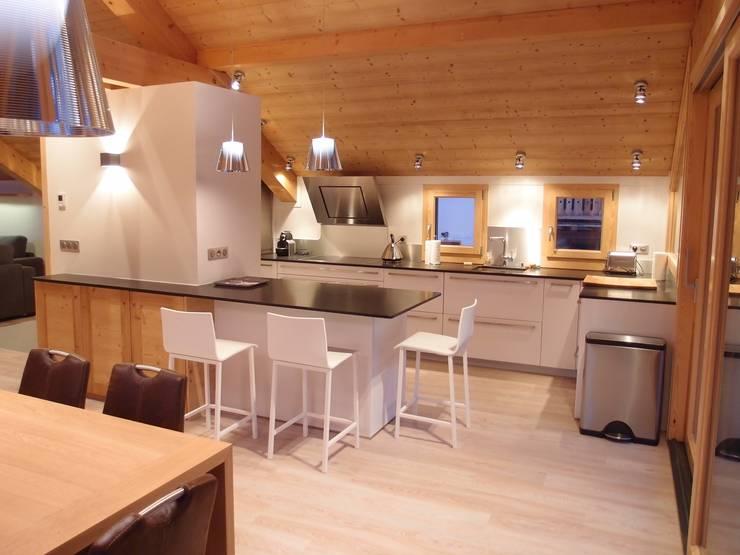 Cuisine: Maisons de style de style Moderne par DAI Création