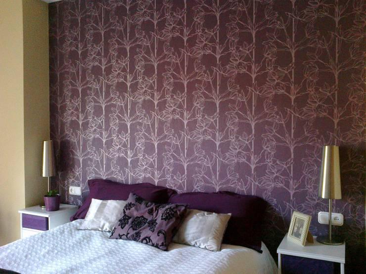 Empapelar el cabecero de cama en púrpura y plata:  de estilo  de SERRANOS Studio